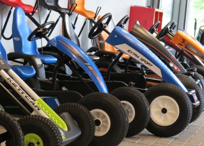 In unserer Ausstellung stehen viele Fahrzeuge zum Testen.